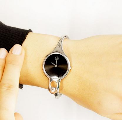 送给自己的礼物:Calvin Klein AIR系列 K1N22102 女士时装腕表
